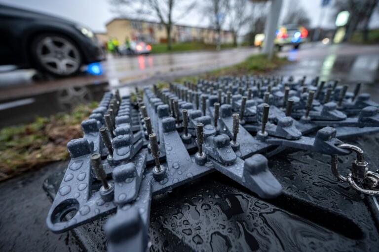 Biljakt: Körde ifrån polisen – stoppades med spikmatta