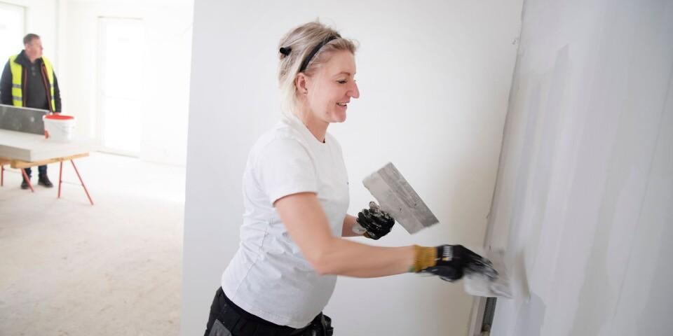 Aino Karlsson spacklar de framtida väggarna i vardagsrummet.