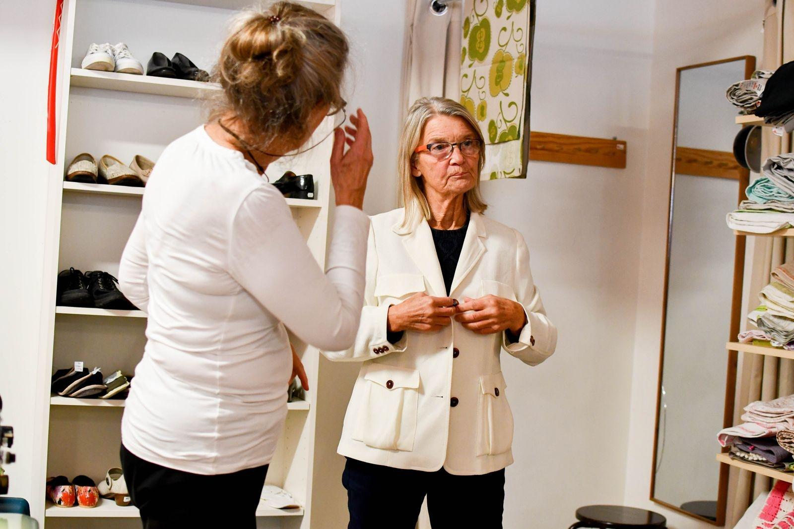 Inger Johanson-Thor får hjälp av Maria Åkesdotter att sy in en kavaj som hon fyndat på second hand.