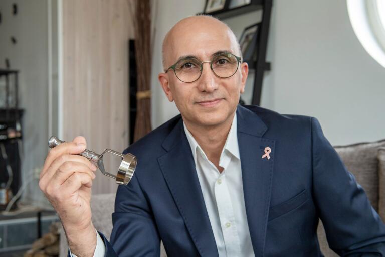 Nyligen fick överläkaren Imad Mohammed patent på den kirurgiska kniv han håller i handen. Den räknas som en innovation när det gäller bröstbevarande kirurgi.