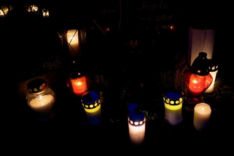 Så här stämningsfullt kunde det se ut vid gravplatserna där folk hade tänt ljus för sina nära och kära.