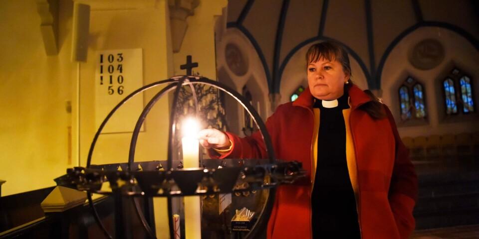 Kyrkoherden Catrin Sundelius säger att Västra Vrams kyrka står öppen för den som vill tända ljus eller för den som behöver prata.