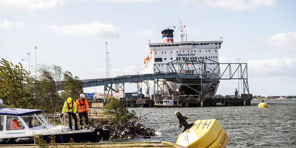 Uppgifterna om fartygsincidenten i Verköhamnen i Karlskrona går isär, enligt Kustbevakningen. Karlskrona Sjötaxi bogserar in den boj som Stena Spirit kan ha kolliderat med.