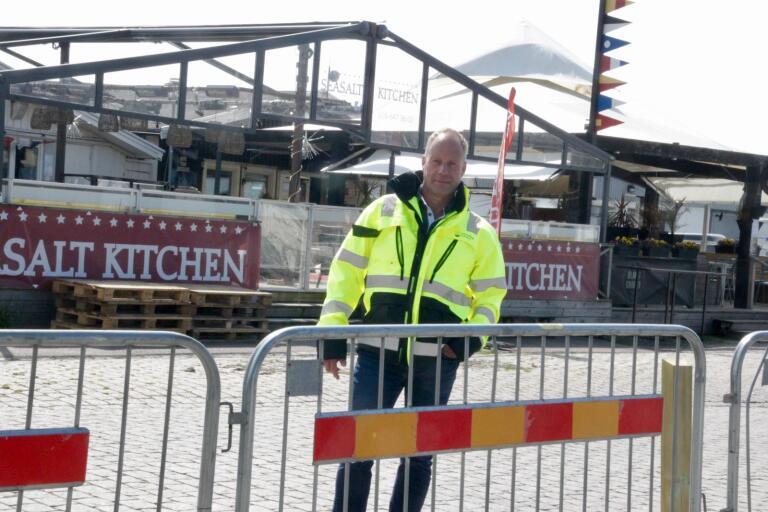 Gatu- och servicechef Per Gustafsson på ytan där företagarna på södra hamnplan ska få bygga ut sina uteserveringar.