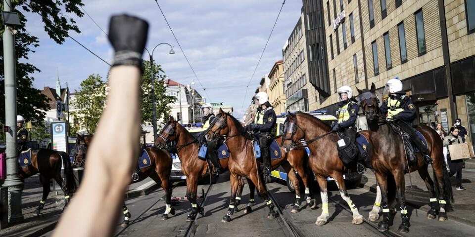 Knuten näve med svart handske under en Black lives matter-demonstrationen i Göteborg.