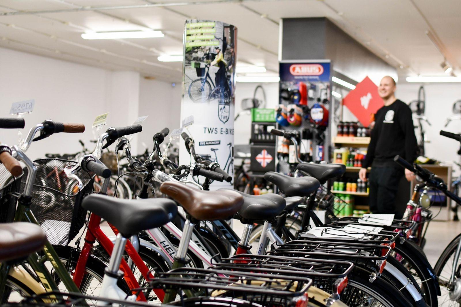 """""""I höstas sålde vi helt slut på våra elcyklar och vi har kunder som står i kö på cyklarna som kommer med vårens leveranser"""" berättar Fredrik Ekström."""
