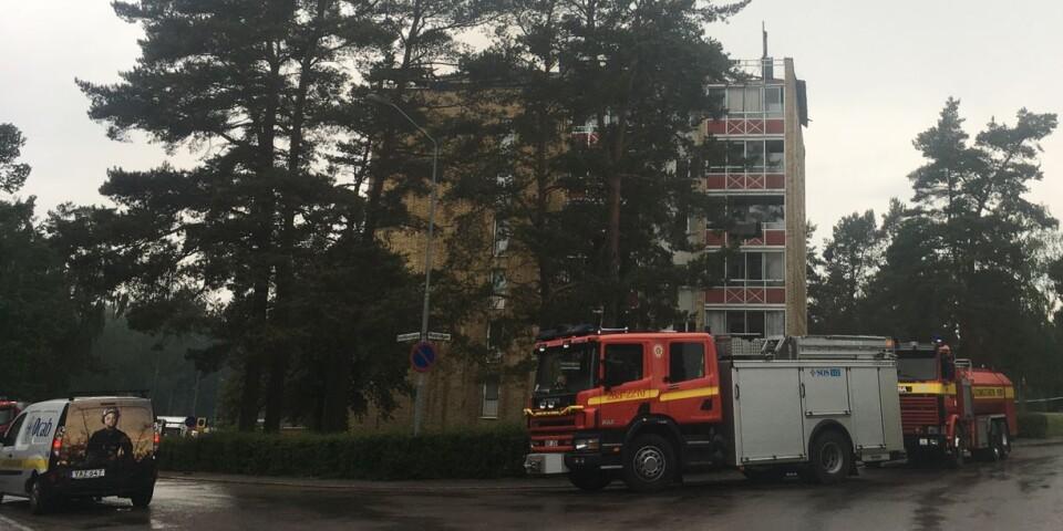 Översta våningsplanet på lägenhetshuset på Dahlborgsgatan 9 i Kungshall är i stort sett utplånat efter branden.