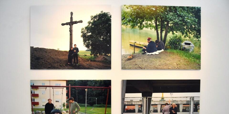 """Delar av Tuija Lindströms fotosvit """"Look at Us"""" från år 2000. En tid då hon började driva hejdlöst med sig själv och gjorde detta roadtrip-projekt i Östeuropa tillsammans med partnern Jesper Örtman."""