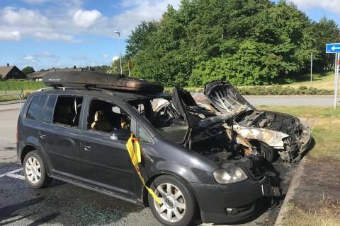 Brott: Två bilar brann på skolparkering