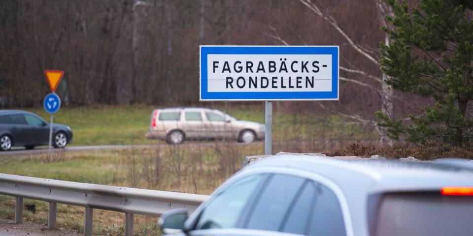Debattskribenterna vill att den planerade trafikplatsen vid Fagrabäck i Växjö stoppas.