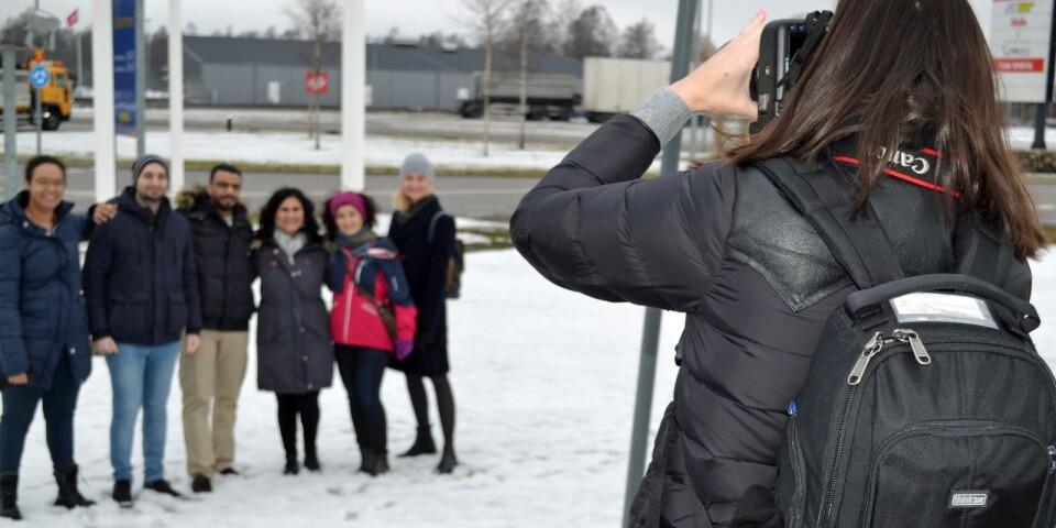Dokumenterad pratpromenad. Elina Mabasa Bergström, längst till vänster, ledde walk and talk-styrkorna i Haganäsområdet.