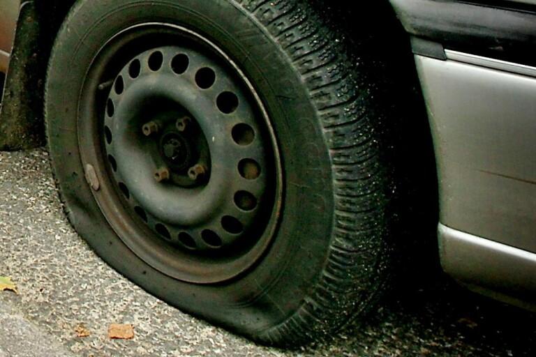 Punkterade fyra däck på parkerad bil