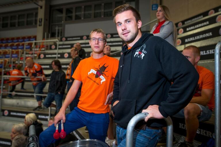 Philip Löfgren och Mattias Abramsson i Blackbugs följde spänt Karlskrona HK:s första isträning inför den nya säsongen.