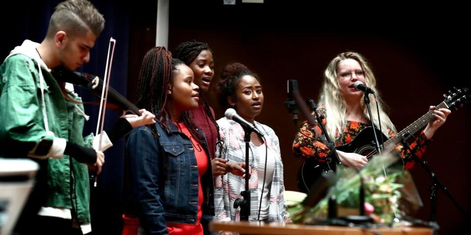 Songlinegruppen fick varma applåder på fullmäktige. Från vänster Amir Trabulsi, Rebecca Chombe, Justine Faraja, Fatma Salum och Saga Björling.