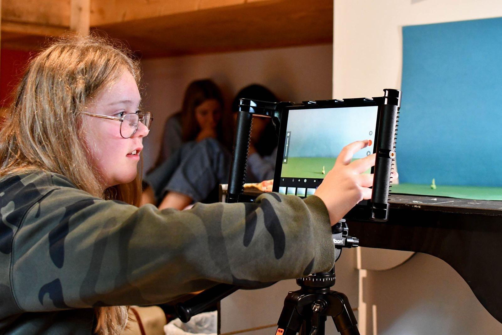 """""""Roligast med lägret är att träffa nya kompisar, också är det kul att prova på nya saker"""" säger Bella Greiff som till vardags spelar trumpet och på lägret provade att göra film med tekniken stop motion."""