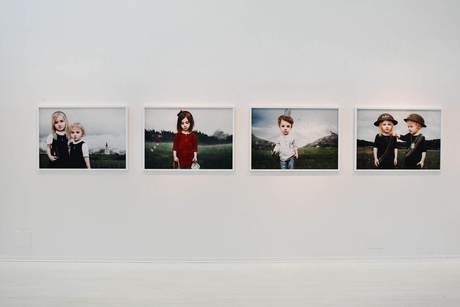 På övre plan visar Saga Wendotte fotografier från tre olika serier. Bilderna i sviten Little People har ett mörkt sagotema.