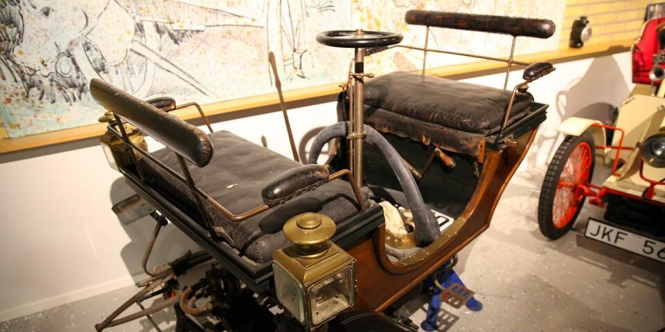 En voiturette tillverkad av Dansk automobilfabrik 1898 är inlånad från Tekniska Museet i Stockholm. Registreringsskylten M220 skvallrar om att den har hört hemma i Malmö.