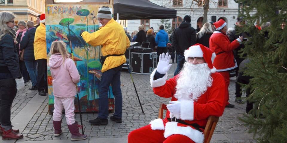 Lionstomten tar farväl för i år, men lovar att återkomma nästa jul. Bilden tagen vid förra årets julmarknad på Larmtorget.