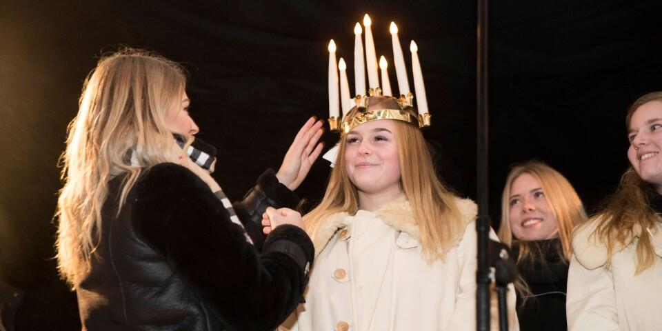 Tindra Schön, Sjöbo lucia 2018, kröns av Wilma Lindbäck, lucia 2017. Om några månader är det dags för en ny kröning på Gamla torg.
