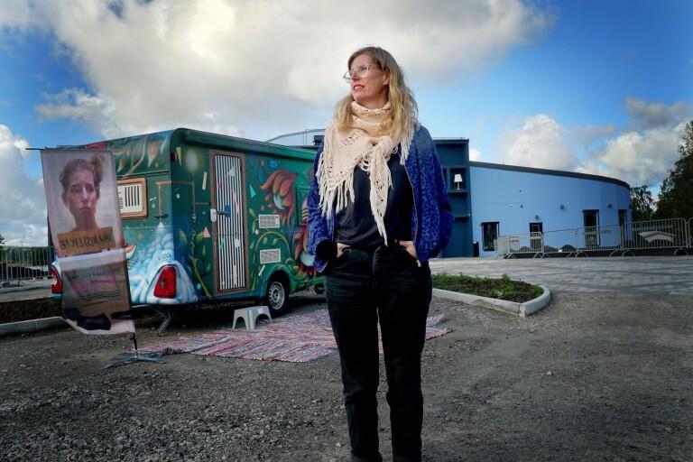 Stress i kombination med höga ambitioner ledde till att Monique Werhamn blev utbränd. Som konstnär med socialt engagemang tog hon sina erfarenheter vidare. I ett konstprojekt undersöker hon hur hon kan bli mer hållbar som människa samtidigt som hon hjälper andra. Det går att boka tid hos henne fram till torsdag.