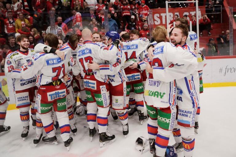 IK Oskarshamn firar på isen efter SHL-avancemanget.