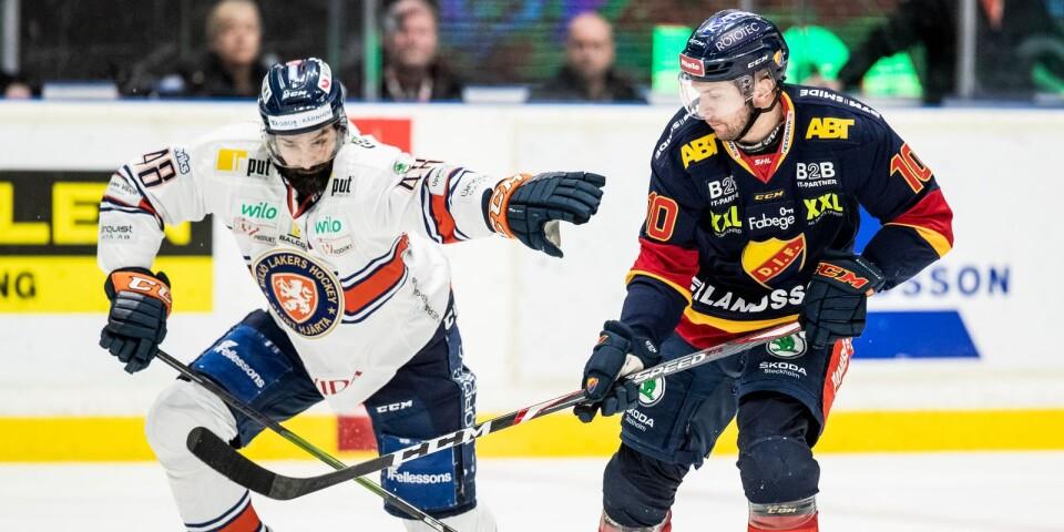 Växjös Daniel Rahimi och Djurgårdens Niclas Bergfors under ishockeymatchen i SHL mellan Djurgården och Växjö.