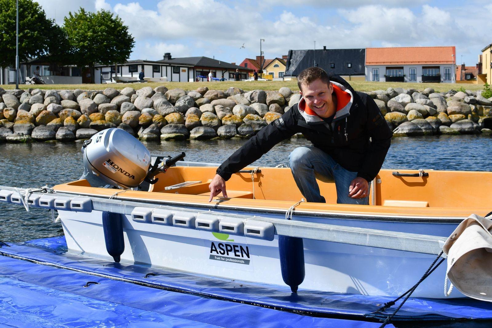 """Alla Simrishamns segelsällskaps båtar är bottenfärgsfria, istället används skrovskyddsduk, och motorbåtarna körs på Aspen miljöbränsleVi tycker det känns angeläget att driva miljöfrågan"""" säger Andreas och visar.\nAlla Simrishamns segelsällskaps båtar är bottenfärgsfria, istället används skrovskyddsduk, och motorbåtarna körs på Aspen miljöbränsleVi tycker det känns angeläget att driva miljöfrågan"""" säger Andreas och visar."""