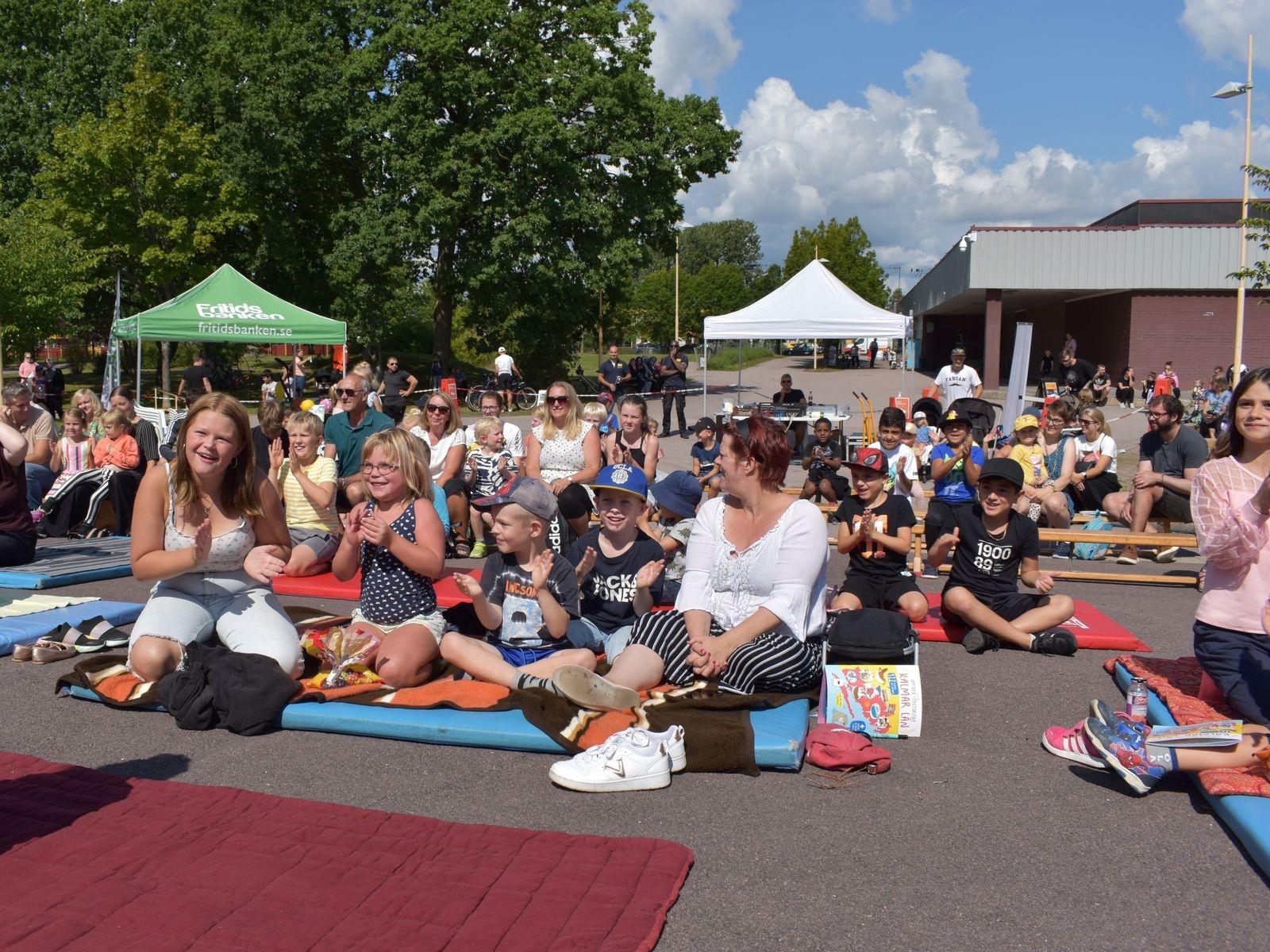 Många hade samlats på Norrlidstorget för att se showen.