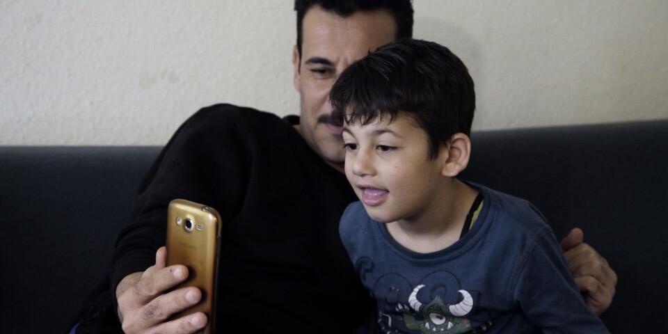 """Yasir lyckas återförenas med sin äldste son i Tyskland, i """"Idomeni"""". Hans fru Khalida är fånge hos IS. Pressbild."""