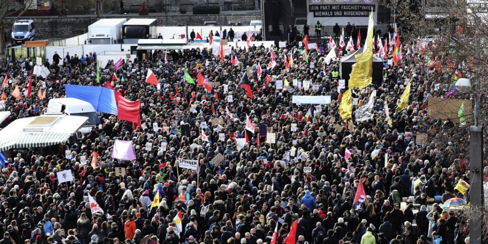 Tusentals människor demonstrerade på lördagen i staden Erfurt i tyska Thüringen.