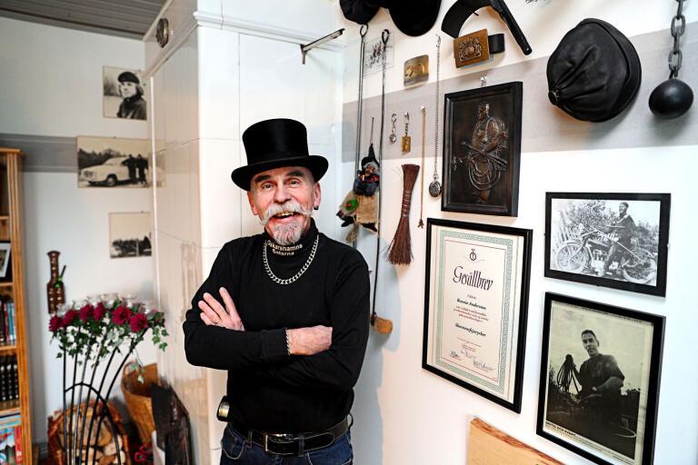 Ronnie Andersson med en av sina höga hattar. Just den här hatten fick han för övrigt ärva efter sin pappa.