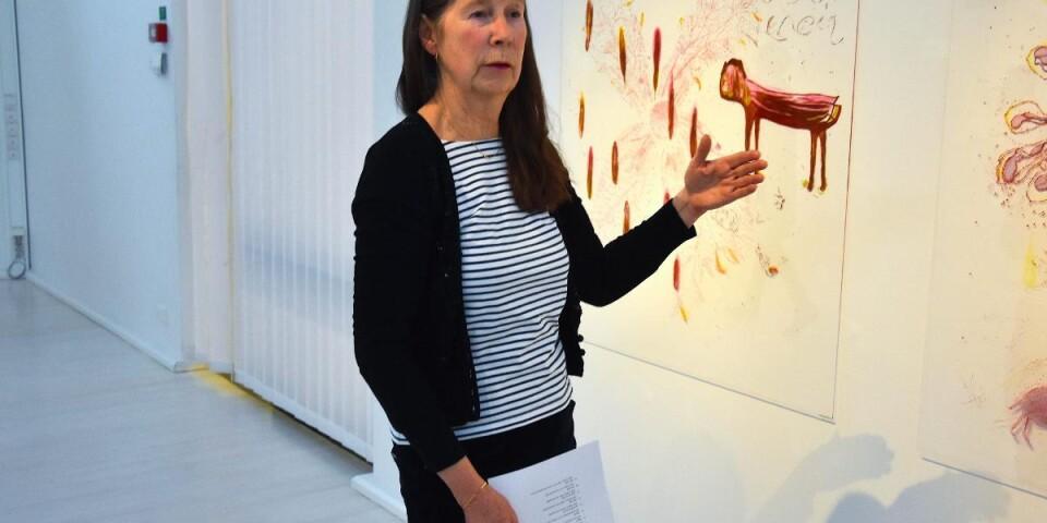 Även när Majlis Agbeck inte broderar, utan som här målar på plexiglas, har verken textila kvaliteter över sig. Transparensen, möjligheten att beskåda verken från mer än ett håll, spelar en stor roll i hennes konst.