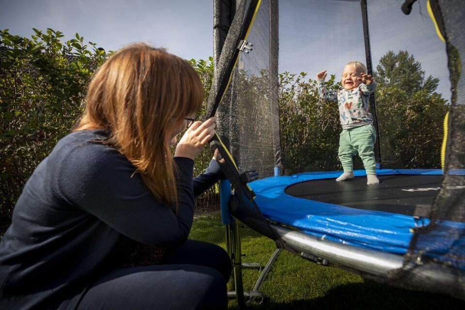 I trädgården hemma hos familjen Landström/Nilsson leker snart tvåårige Isak medan mamma Paulina Nilsson sitter intill.