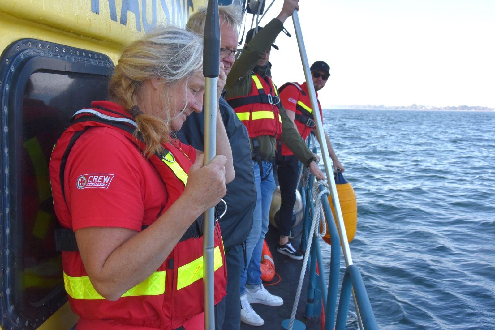 I dag är det som tur var bara en gul fender som behöver undsättas som en del av Sjöräddningssällskapets övningar. Närmast i bild syns Anna Agger och Anders Nyman.