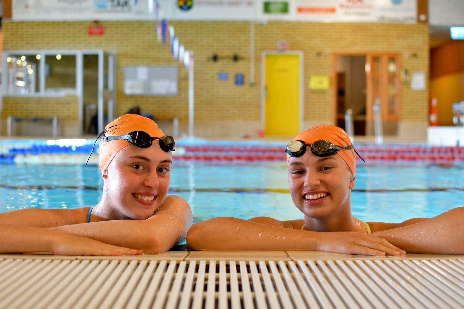 Bakom framgångarna ligger hårt slit. Thea Brünjes och Olivia Hansson tränar tolv timmar i veckan, två pass på gymmet och sex träningspass i vattnet.