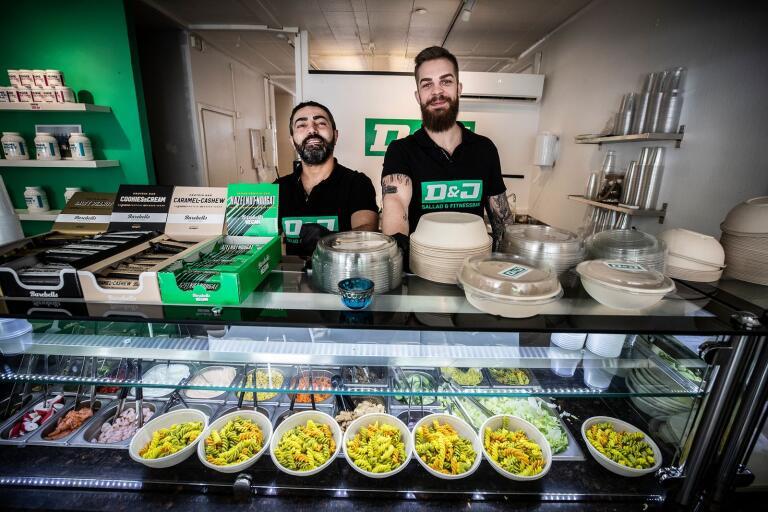 Dervis Demitras och Jonathan Andersson på D&J sallad & fitnessbar lagar lunch åt gymnasieelever och får därmed hjälp inom kommunens åtgärdspaket.