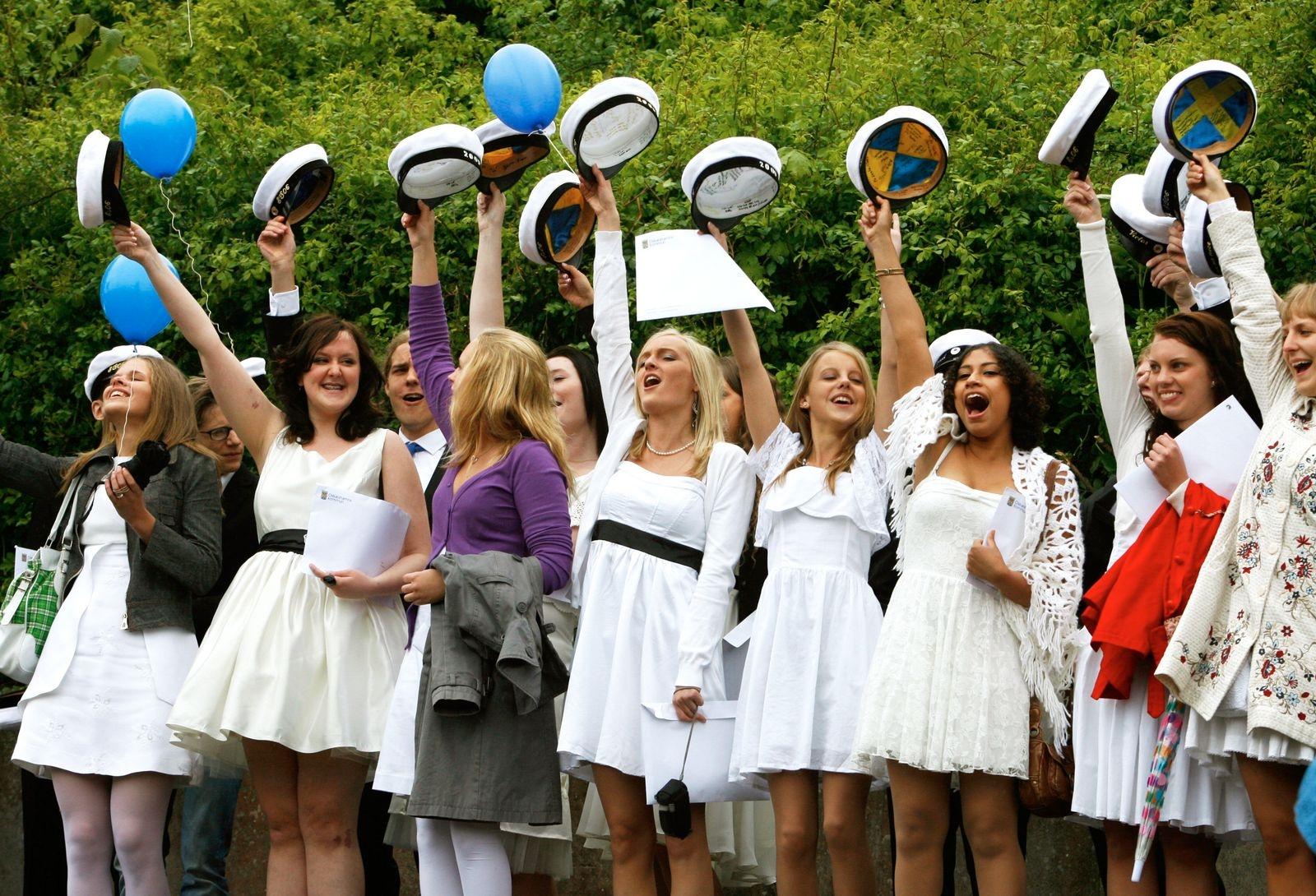Studentmössorna i skyn på Oscarsgymnasiet 2009.