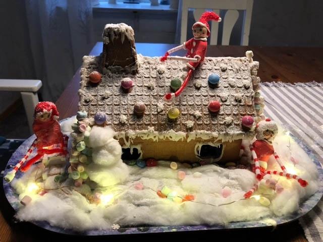 Eva-Lena Fransson har skickat in bild på ett pepparkakshus som hennes döttrar byggt.