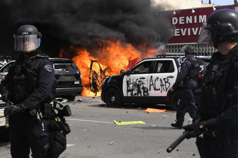 Polis vid brinnande bil i Los Angeles.