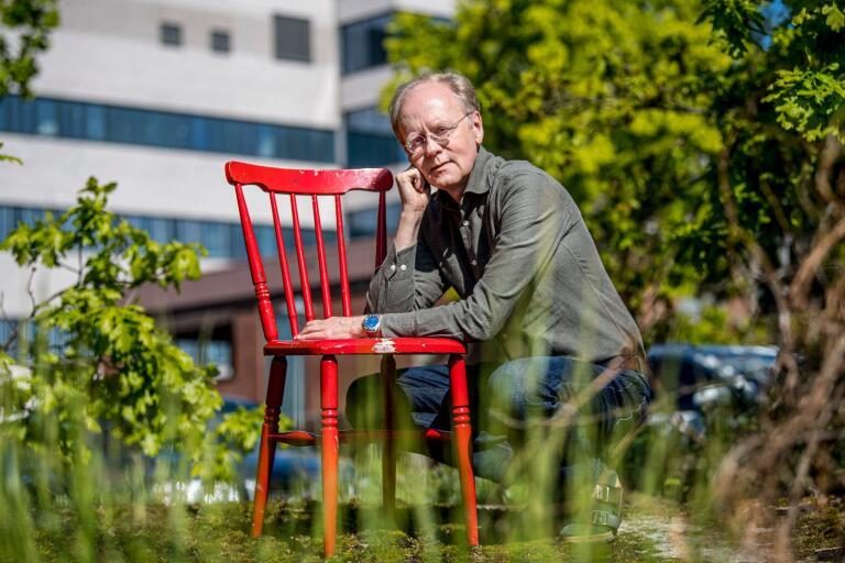 """Från ett ganska anonymt """"detektivarbete"""" har smittskyddsläkaren Bengt Wittesjö blivit en superkändis i Blekinge. Flera dagar i veckan står han på regionens presskonferenser och redogör för coronavirusets framfart."""