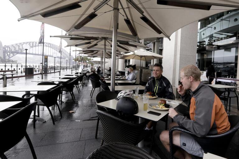 I Sydney börjar folk åter gå på restaurang, efter att de hårda virusrestriktionerna börjat lätta.