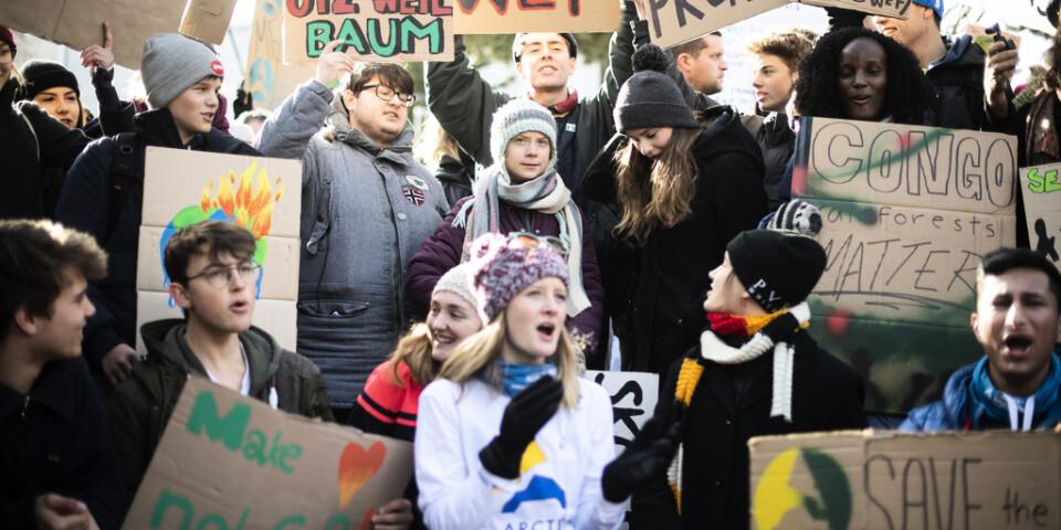Greta Thunberg och klimatrörelsen Fridays for future nomineras till Nobels fredspris för 2020 av två av Vänsterpartiets riksdagsledamöter. Här syns Thunberg och en del av rörelsen i en manifestation i Davos förra veckan.