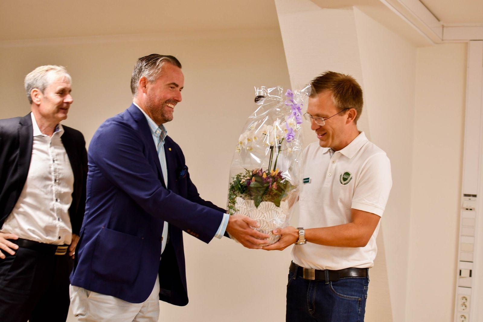 Sten Åkerblom och Adam Hoff från Sparbanken Skåne gratulerar Martin Brorsson till satsningen.