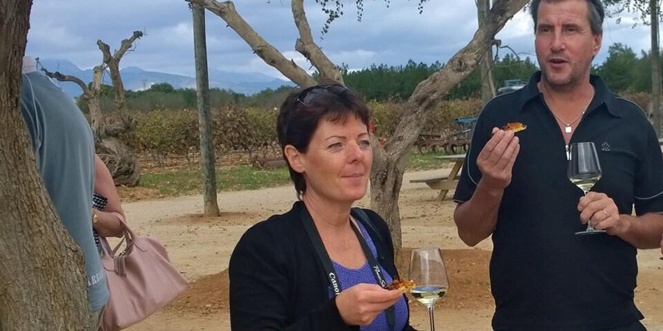 """Bodega Jose L. Ferrer, Binissalem, Mallorca. """"Det är Mallorcas största vinproducent som grundades 1931. Firman drivs än i dag som ett familjeföretag av José Luis Roses Ferrer, som är fjärde generationen"""", berättar Pamela Carlstedt, som här smakar av en av produkterna tillsammans med Calle Dahlblom."""