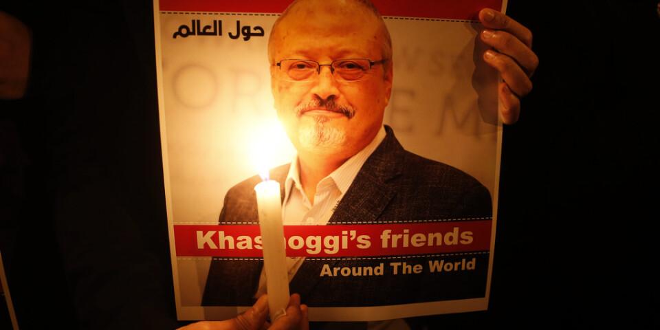 En bild på den mördade saudiske journalisten Jamal Khashoggi hålls upp under en minnesstund för honom utanför det saudiska konsulatet i Istanbul i oktober i fjol. Arkivblid.