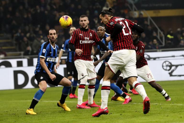 Zlatan Ibrahimovics Milan, här i vårens derby mot Inter, och resten av lagen i Serie får genomföra fem byten per match när ligan återupptas den 20 juni. Arkivbild.