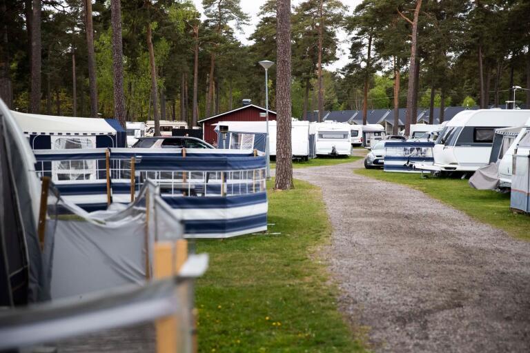 Många platser på campingen är fyllda, men långtifrån alla husvagnar. Flertalet gäster har fraktat hit sina boenden men själva valt att stanna hemma.