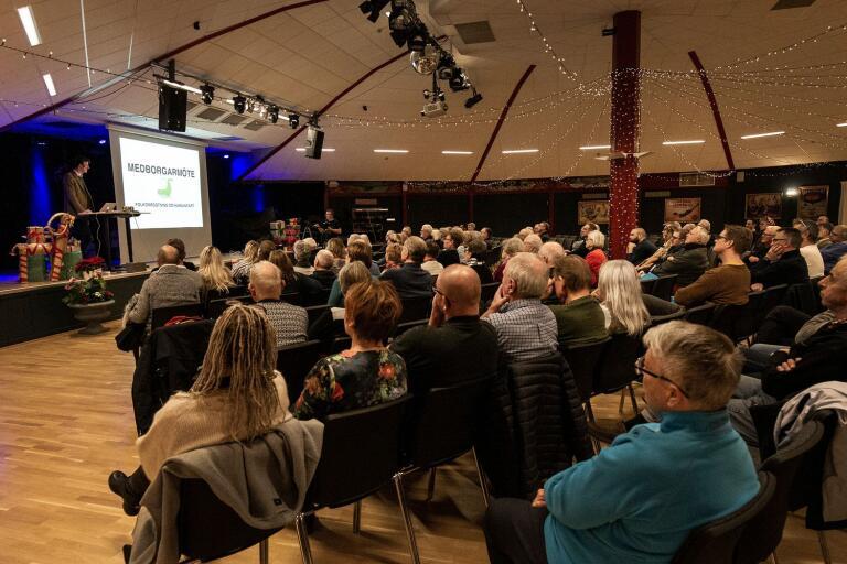 """Många samlades under måndagskvällen i Parken för att lyssna på olika talare som bjudits in av gruppen bakom """"Folkomröstning om hamninfart""""."""