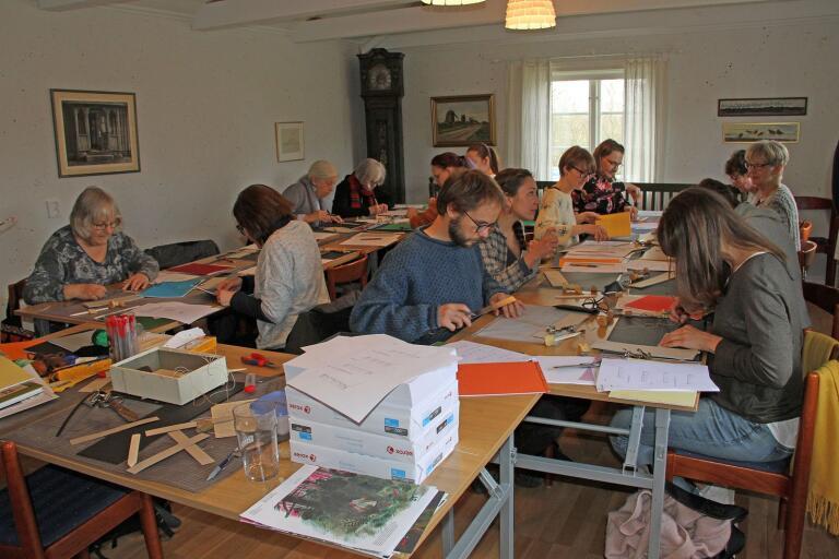 Intresset var stort för slöjdcaféet i Vickleby bystuga när temat var japanskt bokbinderi.