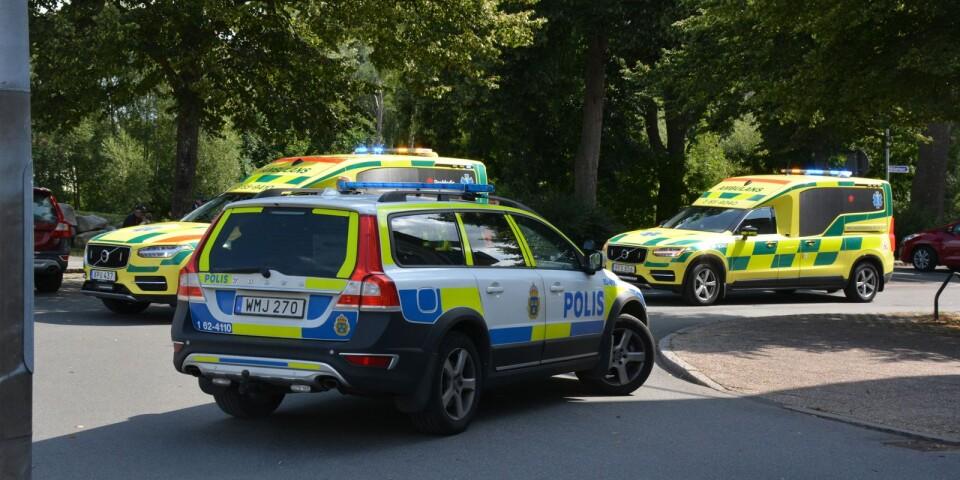 Flera polisbilar och ambulanser har samlats kring adressen där dådet har skett.